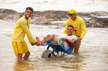 Cadeiras anfíbias permitem o deslocamento na areia e no mar 11
