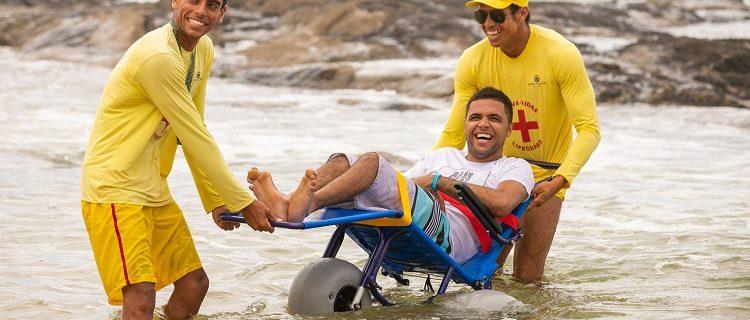 Cadeiras anfíbias permitem o deslocamento na areia e no mar 1