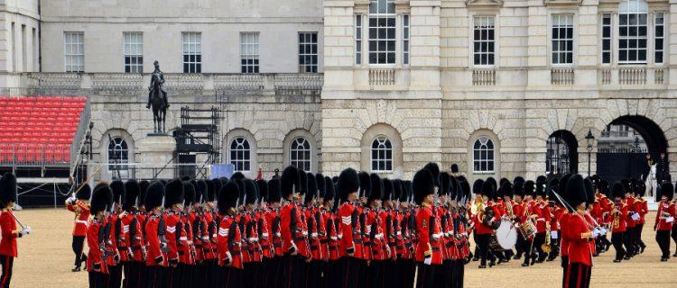 Conheça algumas regras que a Família Real Britânica tem na hora de se vestir 3